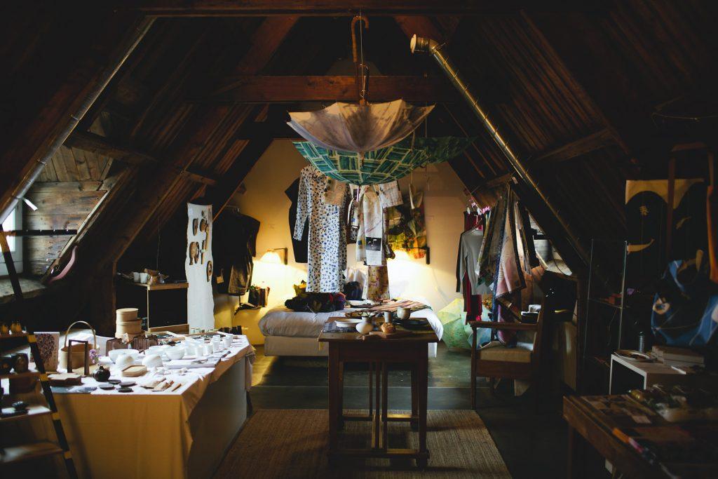 屋根裏の客室をアレンジした「List;」の展示。Photo: DANIËLLE REIZEVOORT / © MONO JAPAN