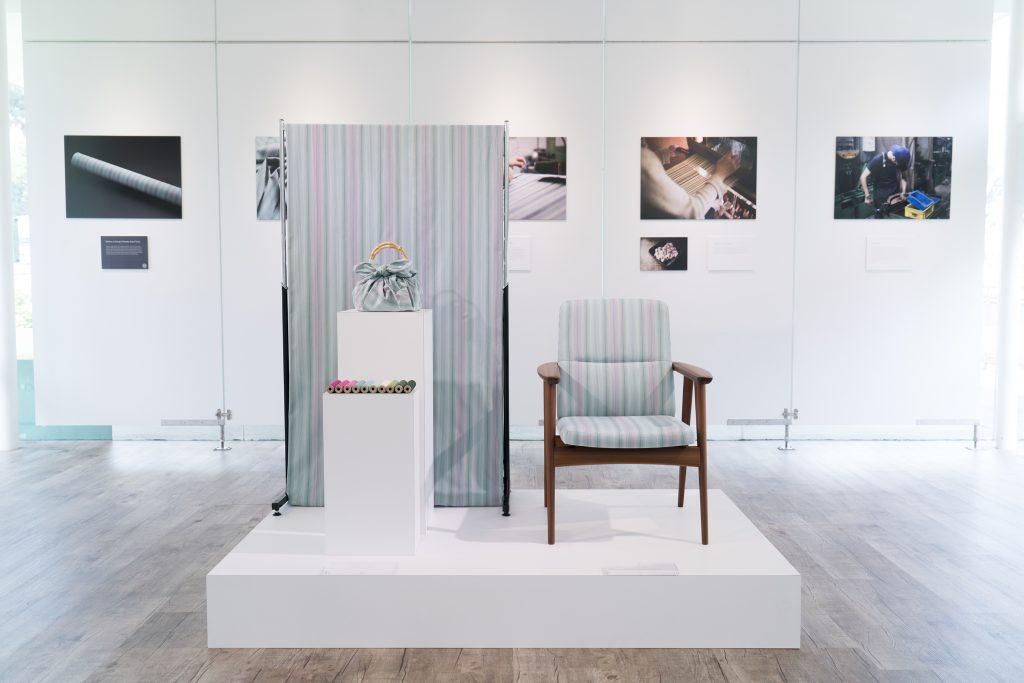 HULSは、シンガポール人デザイナーChoon Yeow Lim氏と縞縞 SHIMA-SHIMAとがコラボレーションした新たなテキスタイル「Brilliance of Heritage」を発表。同時に、参考商品として、飛騨産業制作によるラウンジチェアを展示した。